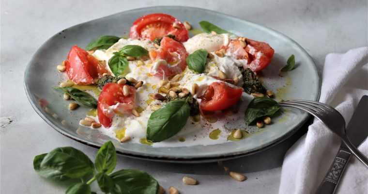 Burrata met tomaat, room en pesto